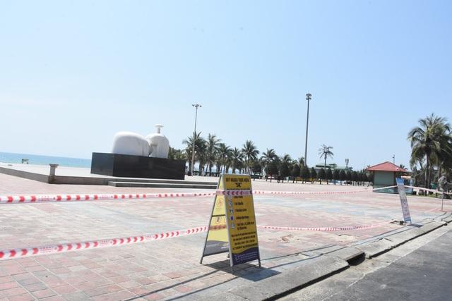 Bãi biển Đà Nẵng vắng người sau lệnh cấm - 1