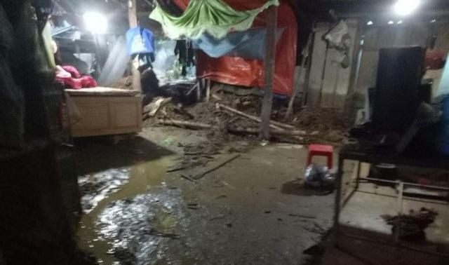 Mưa lũ gây sạt lở cầu đường, ngập nhà dân - 6
