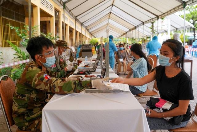 Campuchia ghi nhận kỷ lục hơn 900 ca Covid-19 trong 24 giờ - 1