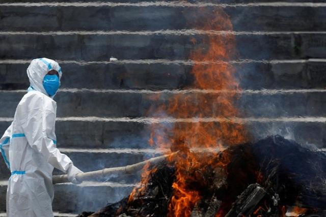 Nhà hỏa táng quá tải, Nepal thiêu người chết vì Covid-19 ngoài trời - 1
