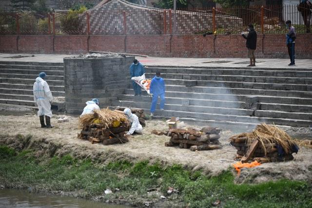 Nhà hỏa táng quá tải, Nepal thiêu người chết vì Covid-19 ngoài trời - 2