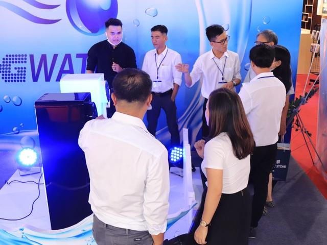 Người dân Sài Gòn bất ngờ khi trải nghiệm máy tạo nước từ không khí Aquaboy - 2