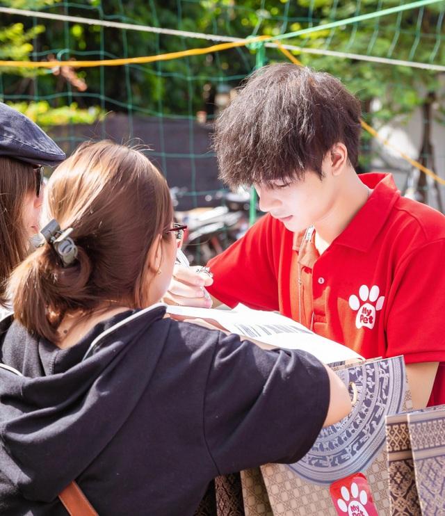 Hot boy Cao Bằng điển trai nghiền làm từ thiện, yêu động vật - 3