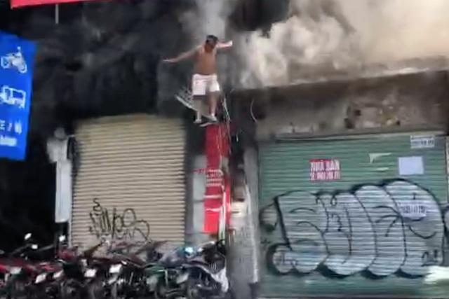 Phụ hồ 53 tuổi kể lại giây phút nhảy khỏi chung cư bị lửa bao trùm - 1
