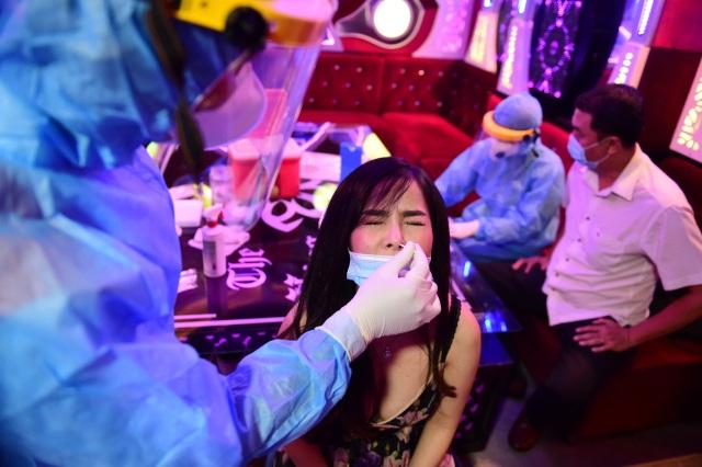 Một người Trung Quốc tranh thủ đi hát karaoke khi đang phải giám sát y tế - 4
