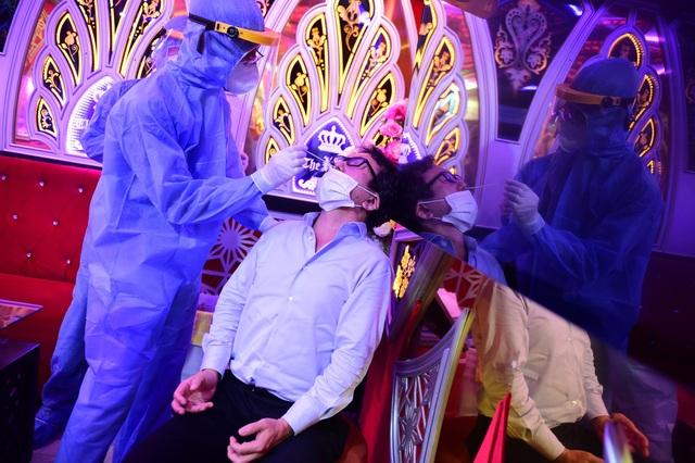 Một người Trung Quốc tranh thủ đi hát karaoke khi đang phải giám sát y tế - 7