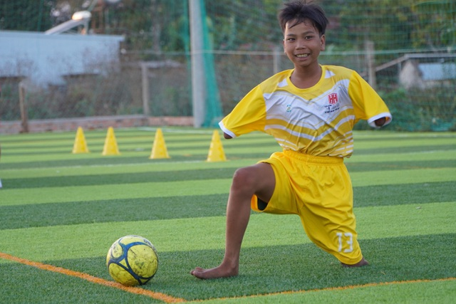 Cảm phục nghị lực cậu bé khuyết tay, chân đam mê chơi bóng đá - 3
