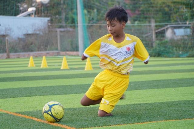 Cảm phục nghị lực cậu bé khuyết tay, chân đam mê chơi bóng đá - 2