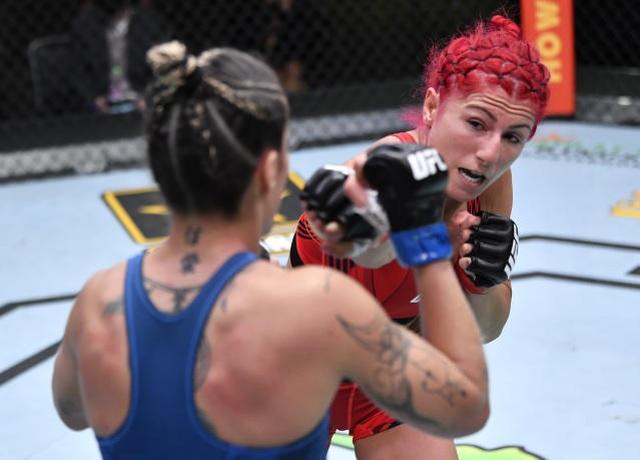 Tung chân đạp thẳng vào mặt đối thủ, nữ võ sĩ nhận cái kết đắng - 2