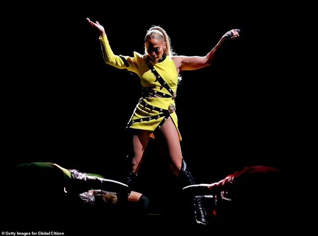 Jennifer Lopez mặc đồ bốc lửa, biểu diễn lôi cuốn - 5