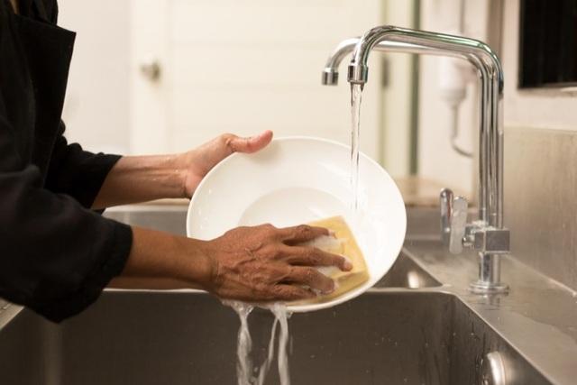 10 việc nhà gây nản lòng nhất: Rửa bát đứng... đầu bảng - 1