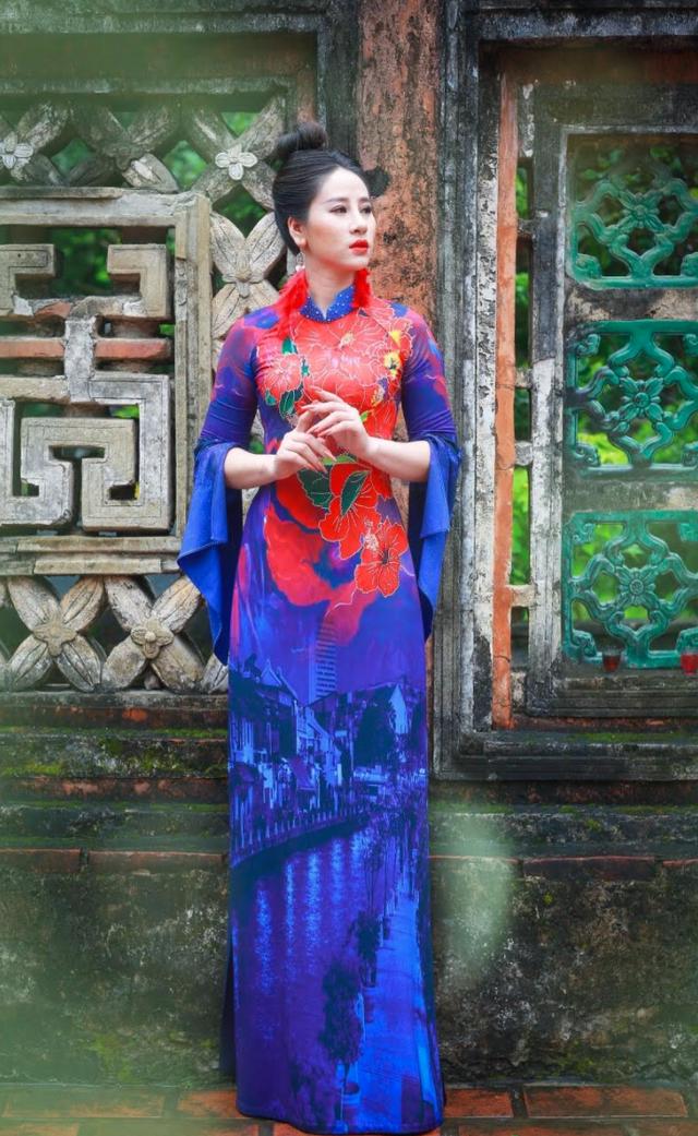 NTK Hoàng Ly mang quốc hoa ASEAN lên áo dài