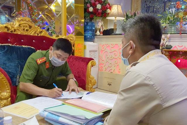 Một người Trung Quốc tranh thủ đi hát karaoke khi đang phải giám sát y tế - 2