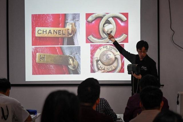 Dân Trung Quốc chi bộn tiền để học cách nhận biết hàng hiệu - 1