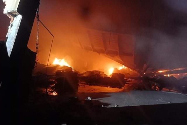 Cháy lớn hơn 3 tiếng thiêu rụi hàng nghìn mét vuông nhà xưởng - 1