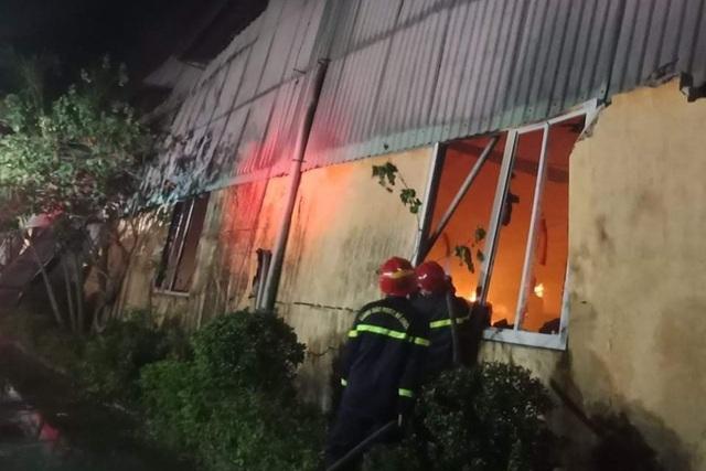 Cháy lớn hơn 3 tiếng thiêu rụi hàng nghìn mét vuông nhà xưởng - 3