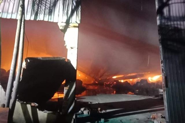 Cháy lớn hơn 3 tiếng thiêu rụi hàng nghìn mét vuông nhà xưởng - 6