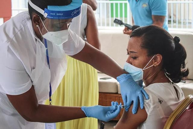 Covid-19 bùng phát mạnh ở quốc gia có tỷ lệ tiêm chủng cao nhất thế giới - 1