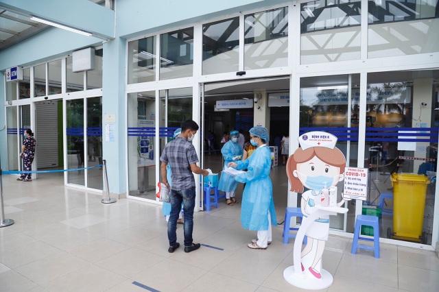 Bệnh viện K: 3 người nhà bệnh nhân không đeo khẩu trang bị phạt 6 triệu - 2