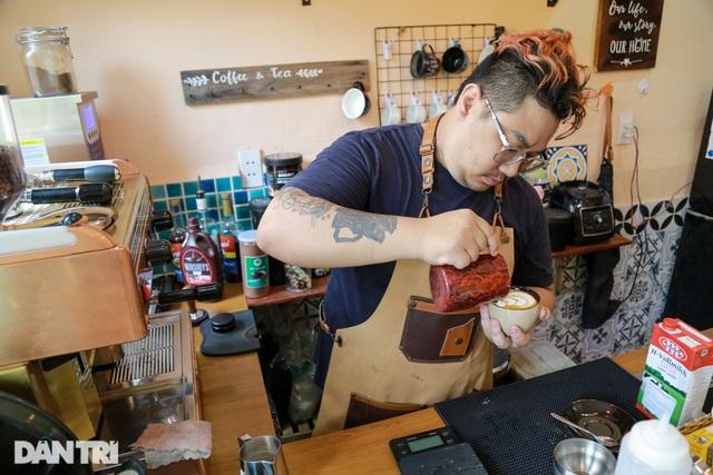 Chàng trai bỏ việc ngàn USD đi... bưng cà phê - 2