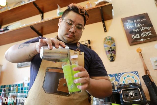 Chàng trai bỏ việc ngàn USD đi... bưng cà phê - 1