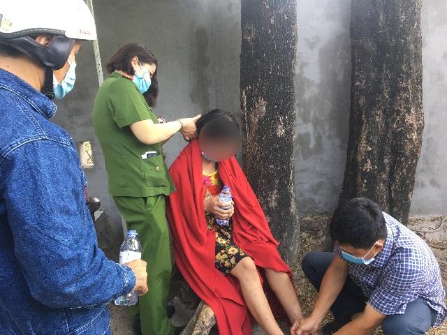 Giải cứu cô gái trèo lên cột điện cao thế ở TP Thủ Đức - 2