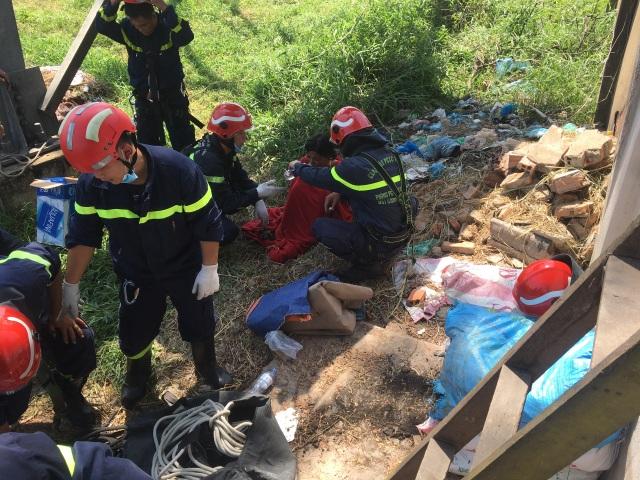 Giải cứu cô gái trèo lên cột điện cao thế ở TP Thủ Đức - 1