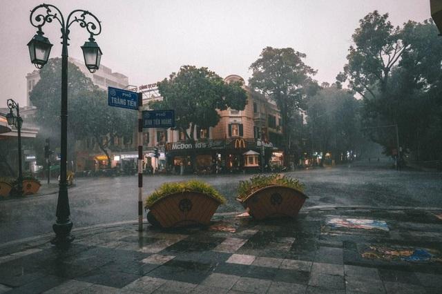 Khoảnh khắc đẹp trong cơn mưa lớn ở Hà Nội - 4