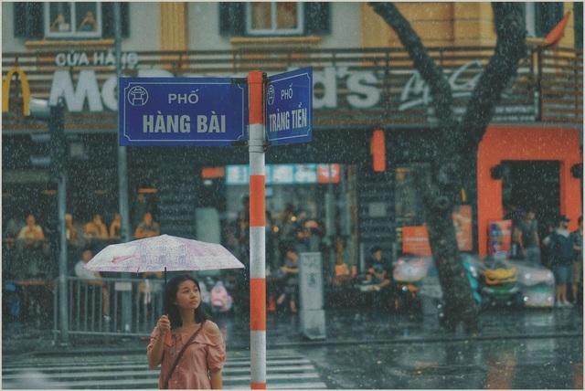Khoảnh khắc đẹp trong cơn mưa lớn ở Hà Nội - 1