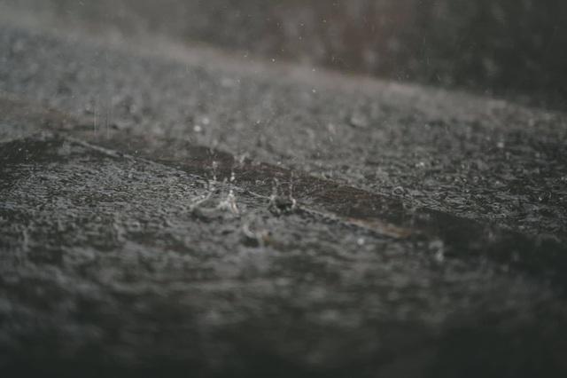 Khoảnh khắc đẹp trong cơn mưa lớn ở Hà Nội - 9