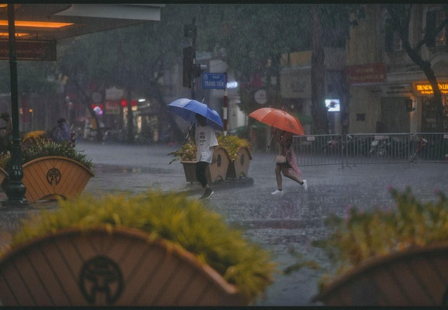 Khoảnh khắc đẹp trong cơn mưa lớn ở Hà Nội - 5