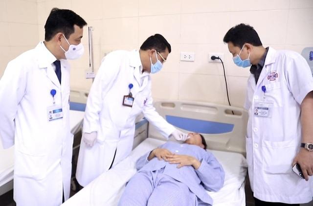 Bác sĩ loại bỏ khối u tuyến giáp cho bệnh nhân bằng hệ thống Robot hiện đại - 1