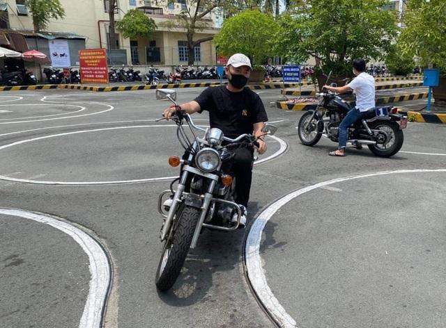 Thu Trang cà khịa và chúc chồng Tiến Luật… thi rớt bằng lái xe mô tô - 1