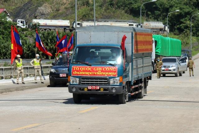 Tiếp nhận hài cốt 95 liệt sĩ hy sinh ở Lào về nước an táng - 1