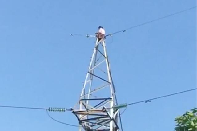 Giải cứu cô gái trèo lên cột điện cao thế ở TP Thủ Đức - 3