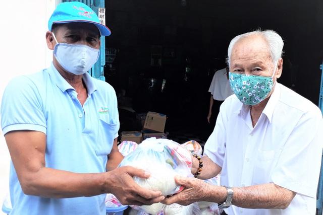 Cụ ông gần 100 tuổi mê từ thiện, người dân gọi là Ông Bụt - 2