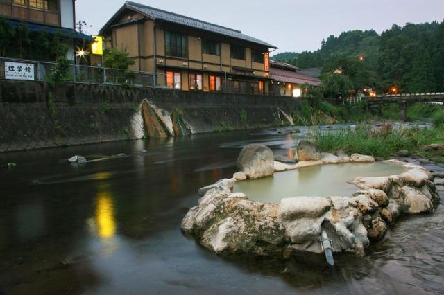 Ngâm mình trong bọt khí bạc tại onsen có ga hiếm có ở Nhật Bản - 2