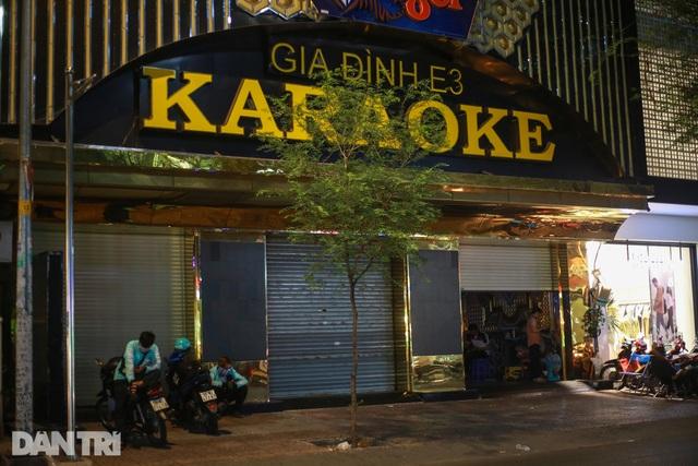 Sau vụ xử phạt karaoke trá hình, loạt phố massage ở TP.HCM đóng cửa im lìm - 5