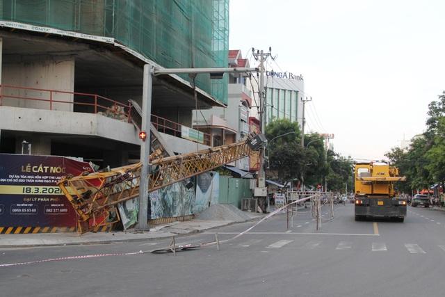 Phú Yên: Cứng người đứng nhìn cẩu tháp rơi từ tầng 20 xuống đường - 3