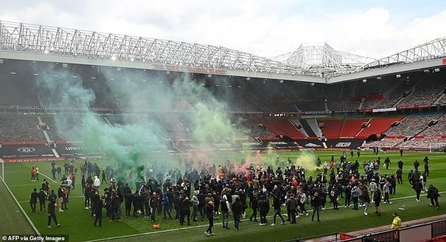 Man Utd trút cơn thịnh nộ sau thảm họa vỡ sân? - 1