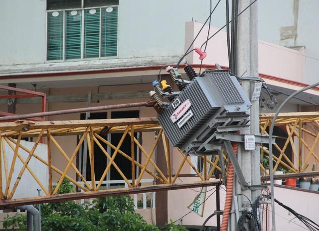 Phú Yên: Cứng người đứng nhìn cẩu tháp rơi từ tầng 20 xuống đường - 4