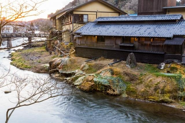 Ngâm mình trong bọt khí bạc tại onsen có ga hiếm có ở Nhật Bản - 1