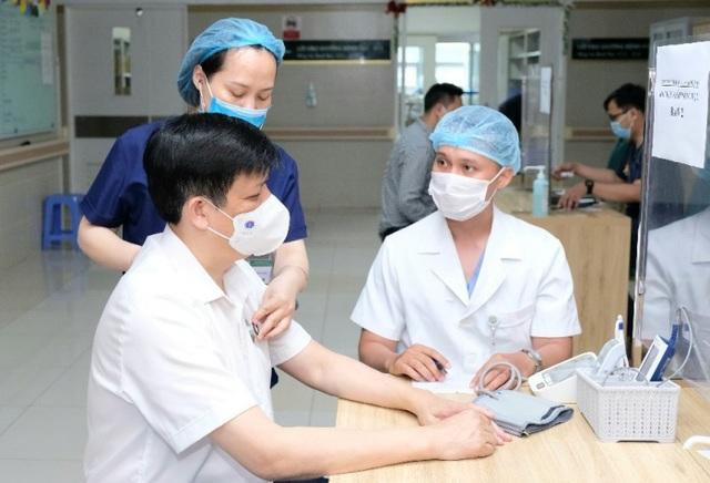 Bộ trưởng Y tế Nguyễn Thanh Long tiêm vắc xin phòng Covid-19 - 1