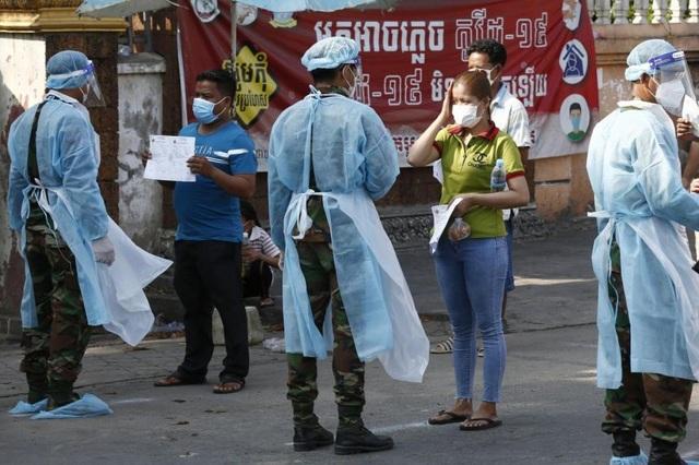 Campuchia nới phong tỏa bất chấp số người mắc Covid-19 tăng mạnh - 1