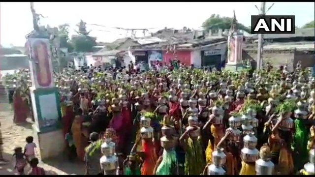 Hàng nghìn người Ấn Độ tụ tập cầu nguyện mong Covid-19 sớm kết thúc - 1