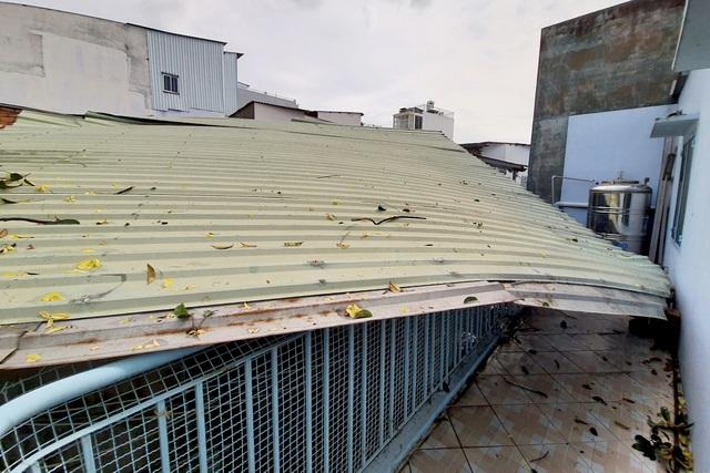TPHCM: Giông lốc cuốn phăng mái tôn hàng loạt căn nhà - 1