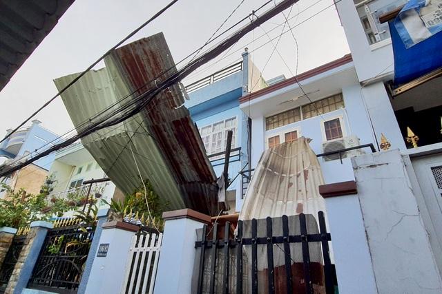 TPHCM: Giông lốc cuốn phăng mái tôn hàng loạt căn nhà - 2