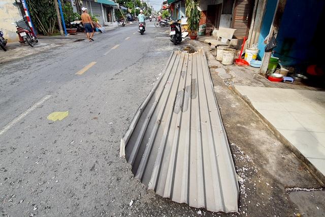 TPHCM: Giông lốc cuốn phăng mái tôn hàng loạt căn nhà - 4