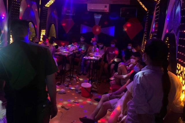 Hà Nội: Bắt quả tang 13 nam thanh nữ tú bay lắc trong quán hát mở chui - 1