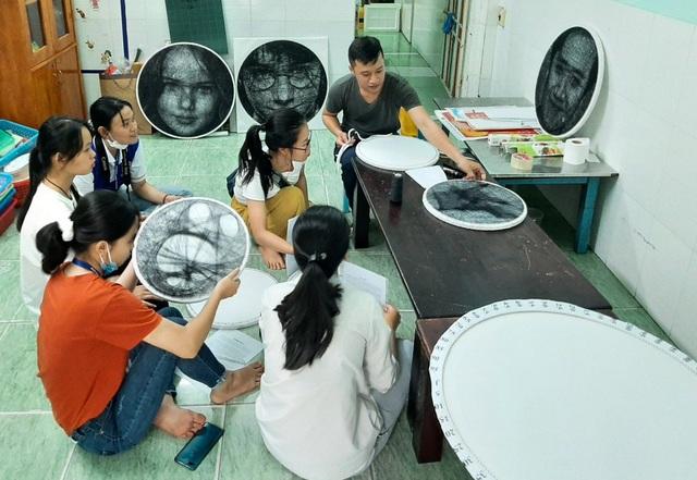 9X Sài Gòn có biệt tài vẽ chân dung bằng đinh và chỉ - 6